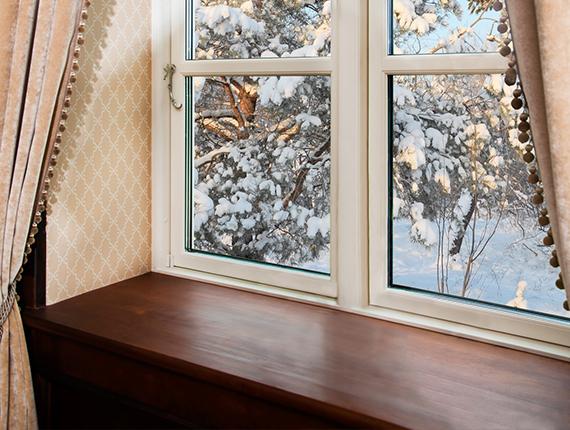 drewniany parapet przy oknie